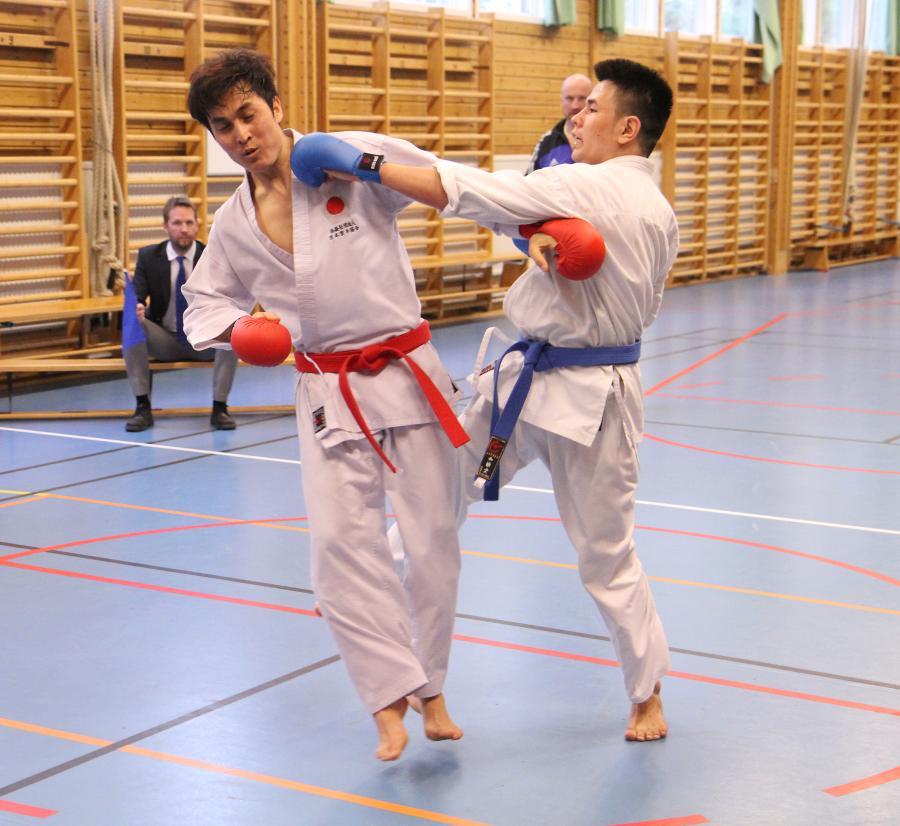 Gholam och Barat i aktion på kumiteträningen.