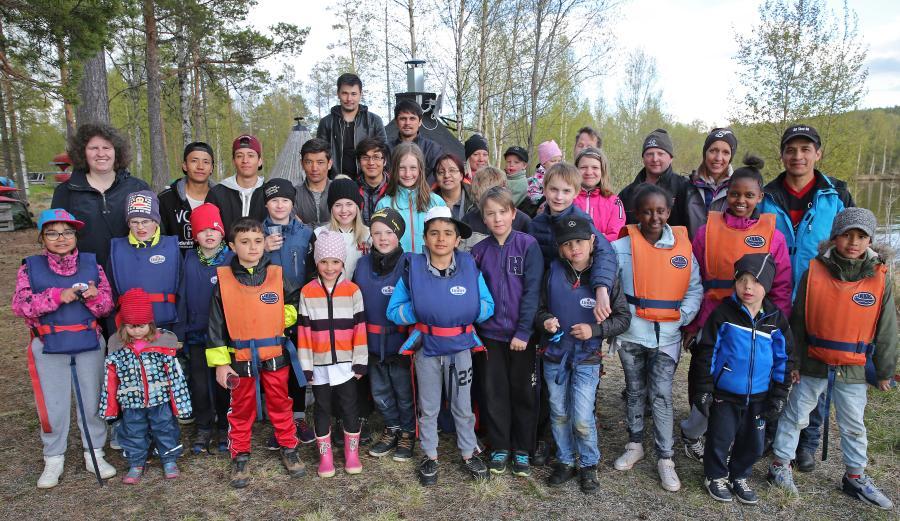 Klubbmedlemmar, och föräldrar och syskon, vid terminsavslutningen i Bredviken 1 juni.