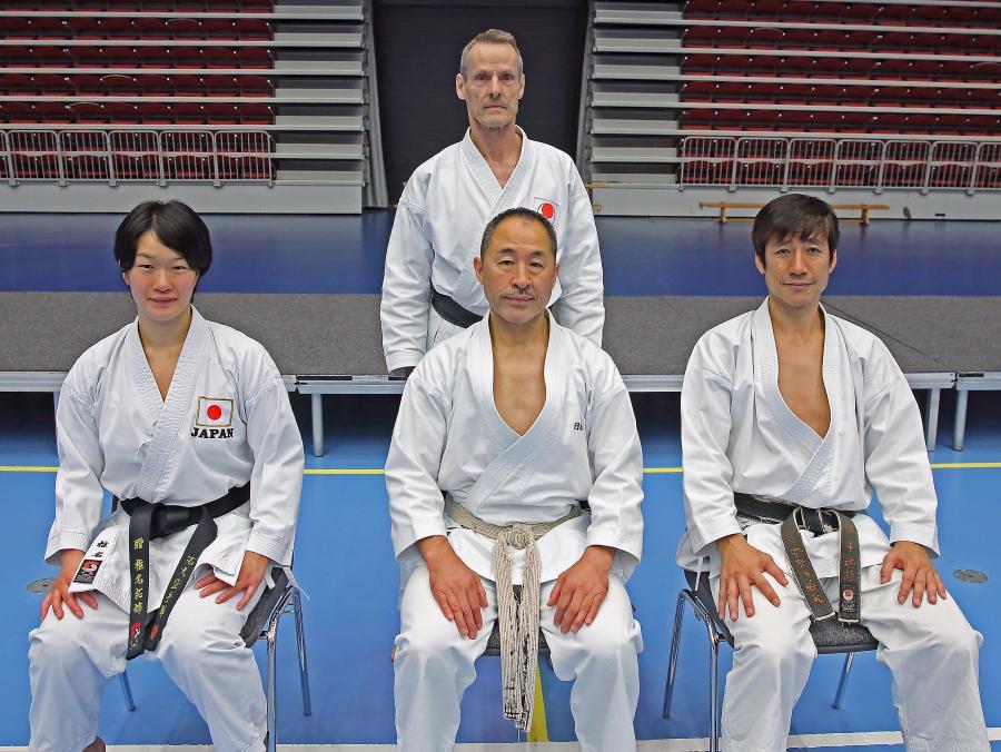 Sylve deltog på lägret i Halmstad helgen 9-10/9. På stolarna sitter f.v. Sensei Shiina Mai, 3 dan, Sensei Ogura, 7 dan, och Sensei Naka, 7 dan, alla från JKA:s Hombu Dojo i Tokyo.