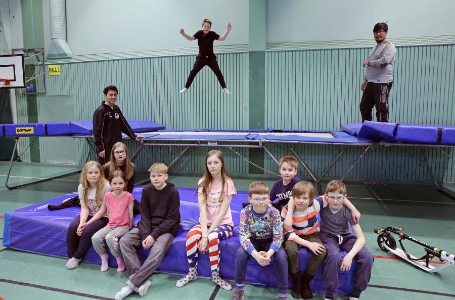 Det var klubbdag för barnen söndag 8/4, med trampolinhoppning och bad.