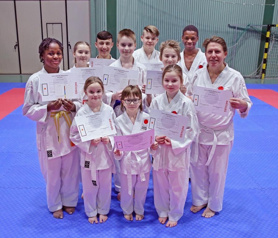 Elva karatekas, vuxna och barn, fick nya grader vid klubbens gradering.