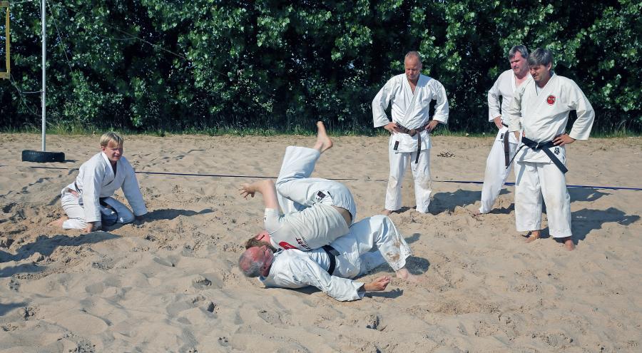 Ett av passen på lägret handlade om markkamp i en sandgrop.